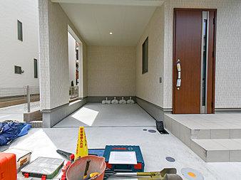 カースペースもゆとりある空間を保っています。玄関までのアプローチもしっかりととれています。