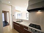 対面式のシステムキッチン。収納量豊富なスライド式収納。調理スペースも広く、お料理もはかどります。