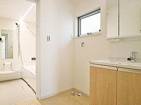 三面鏡の後ろの収納で洗面スペースをスッキリ
