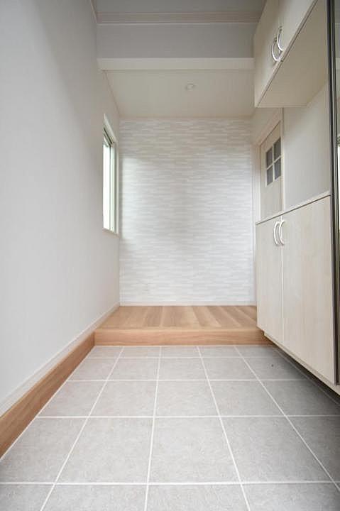 【玄関】玄関・ポーチ部分は高級感溢れる洋風タイル張り