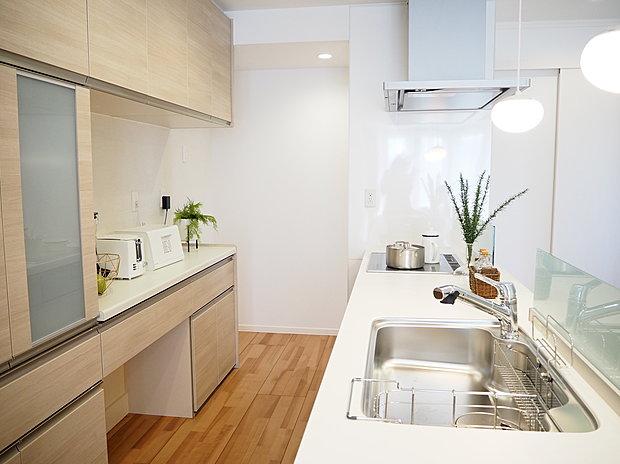 【【D-15】キッチン[2019.7月]】オープンスタイルのキッチン。フロア全体を見渡せるため、家事をしながらお子様の様子も見守れます。キッチン周りを回遊できることで、スムーズな家事動線を実現。