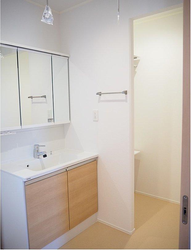 【【D-8】洗面室】洗面室内に、ウォークインクローゼットが併設。とても便利な設計ポイント。