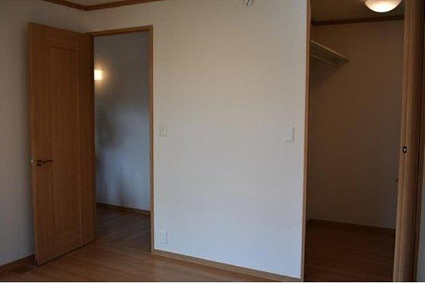 【7号地2F主寝室 ウォークインクローゼット】便利なウォークインクローゼットで収納上手!