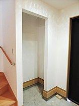 玄関の土間収納は靴を履いたままの片づけが出来、便利です