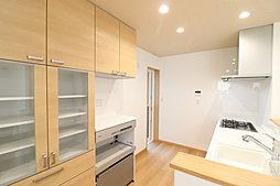 大容量のシューズクロークはウォークスルー型で、来客用と家族用で玄関を分けることができて便利です。急な来客時もお客様に見える部分はいつもキレイを保てます。(No.5)