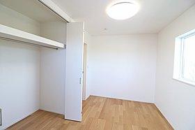 高級感のある家具が似合うダークトーンの家。