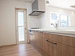 カードリッジ式で取り替え簡単な浄水器やエコで衛生面でも安心な食洗機付きシステムキッチン。