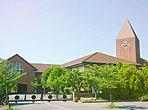 若葉台小学校まで700m 三角屋根の時計台がシンボルの「若葉台小学校」。外国産のレンガや木材をふんだんに使った温かみのある2階建ての校舎は若葉台の街のシンボルにもなっています。