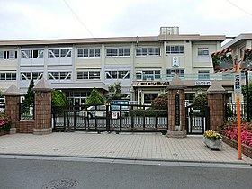 西浦和小学校まで750m 歴史を誇る西浦和小学校。「夢がわき