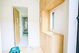玄関の収納スペースは家族分の靴、傘、アウター用品が収まるのが