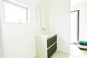 洗面所は実はプライベートスペースでもあります。歯みがき、洗顔