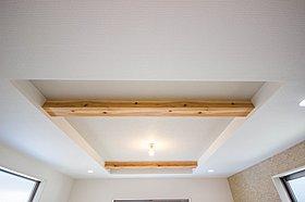 <折上天井>リビングには折上天井を採用。部屋をより広く見せる