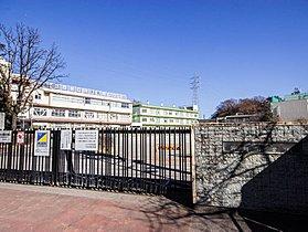 新郷小学校まで390m 知・徳・体のバランスのとれた児童を育