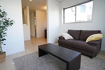 家具のディスプレイが設置されました。  何も置いていないリビングからより生活をイメージしやすい空間に。