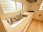 清潔感のあるホワイトのシステムキッチン
