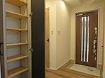 天井の高い玄関はシューズクロークや収納棚もありいつも整理整頓された状態をキープできます。