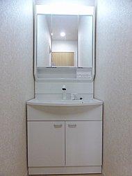 大型の収納力のある洗面化粧台です。ハンドシャワー付きでお手入れも洗髪もスムーズに出来ます。