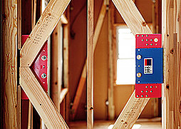 地震の揺れに耐える「耐震性能」と、揺れを抑えて住宅へのダメージを軽減する「制震性能」を兼ね備えた建売住宅ブランド「QUIE」。ふたつの備えで、お客様の家を守ります。
