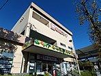 スーパー 700m 東急ストア江田 平日10時~23時営業。(土日は22時まで)毎日の食卓を彩る食料品が豊富に揃います。ドラッグストア「トモズ」併設。