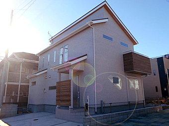 H号棟 玄関前の木製ルーバーは大工さんの手作り。外からの目線をやんわりさえぎります。外観のアクセントもGOOD☆