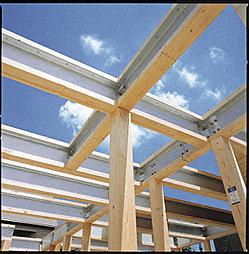 構造体部分の写真です。梁部分に鉄骨を使い広い空間をつくりだすことが可能です。