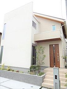 永く住まえるシンプルモダンな外観!スリット窓がオシャレに演出しており、ウッド調の玄関が優しく迎えてくれます。