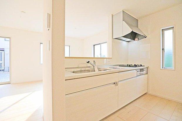 【同仕様写真(キッチン)】大きなシンクは料理の時も洗い物の時も大助かりです。