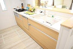広い調理スペースが女性に人気のシステムキッチン♪キッチン台は人造大理石を使っているので、お掃除もしやすい!収納は大きな鍋もしっかり収納できるスライド式収納!
