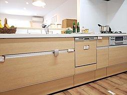 【キッチン】三ツ口(みつくち)コンロと、一度に約5人分の食器を洗うことのできる食洗器が付いています! 対面キッチンは、お子様の様子を見守りながらお料理ができて安心♪※施工例