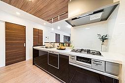 吊戸棚のない開放感抜群のキッチン。LDKから自然の光がたっぷり差し込み明るいキッチンエリアを実現しました。生活動線に配慮した間取りは家事の時短に役立ちます。(T-2)