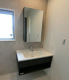 鏡と洗面ボウルがセパレートしていて、とてもオシャレなかんじです。収納も十分な量を入れることができますし、面材も木目の素敵なデザインです。