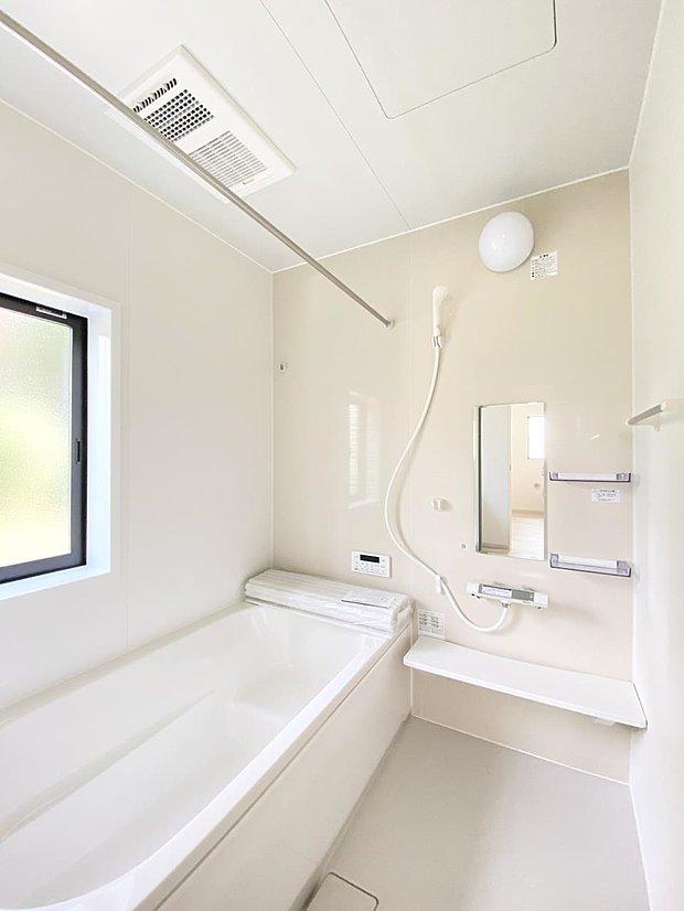 【浴室】■浴室 ゆったり足を伸ばせるサイズの浴室(*^^*) 夜間のお洗濯や、雨の日のお洗濯に大活躍の浴室暖房乾燥機付き!お子さまとの入浴の際に嬉しいエコベンチ浴槽付きです♪