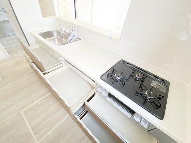 【キッチン】■キッチンスライド収納 大きなお鍋や調理用具のも出し入れラクラクなスライド収納!毎日使う場所だからこそ、無理のない姿勢で作業できるのは嬉しいポイントですね(*^^*)♪