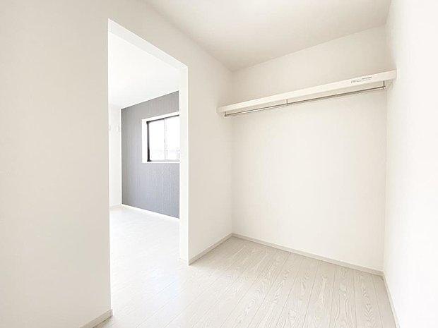 【ウォークインクローゼット】■ウォークインクローゼット WICとは、「人が歩いて入れる収納」を意味します。お洋服や片付けにくい家具をしまうことにより、いつでも広い寝室に♪