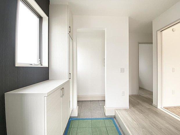 【玄関】■玄関収納 シューズクローク、全身ミラーつき収納があり収納力が自慢♪いつでも玄関周りがすっきりと片付きます(*^^*)