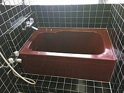 ディア磯子の黒と赤を基調にした水回り