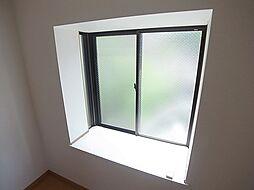 ロイヤル丸山の出窓が付いて便利