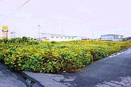 北西道路幅員約7m、南西道路復員約4.7mに面した土地です。