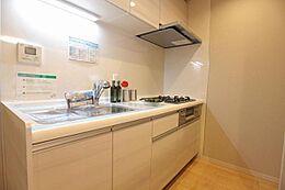 三口コンロで浄水器付きの使いやすいシステムキッチン。