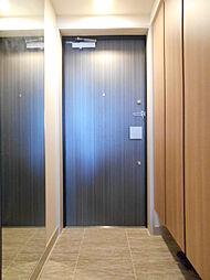 玄関床には大理石調のタイルが施されています。天井高まである下駄箱にはたっぷり収納出来ます