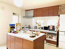 アイランドキッチン。広々とした作業スペースと快適な調理動線が魅力的。