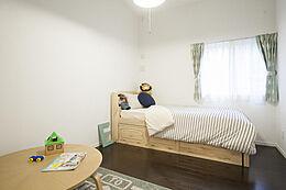 6帖の洋間です。子供部屋のモデルルームとして可愛らしく作ってあります。リビングの色に合わせて、ブルー・グリーンを使いました。