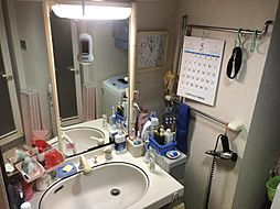 大きな鏡が特徴の洗面室です
