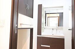 収納がたくさんある洗面脱衣所です。洗面台もとてもきれいです。床下収納もあります。壁つきの扇風機も設置できます。