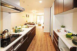 家族の顔が見えるキッチンは小さいお子様がいても安心