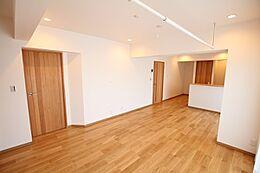 室内の大半を占めるフローリングには自然素材である天然無垢材を取り入れました。リノベーション後の参考パースになります。