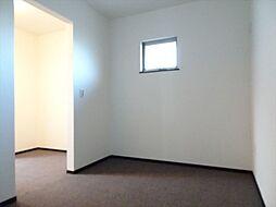 北西の5帖洋室。隣の部屋とウォークインクローゼットを挟んで隣接した間取りになっています。