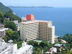 海を望む印象的なマンション外観