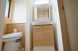 JURI IIIのゆったりとスペースのある洗面所
