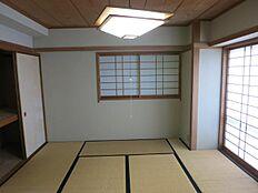 10畳の和室です。写真右側が東になるので、十分な採光が確保できるかと思います。
